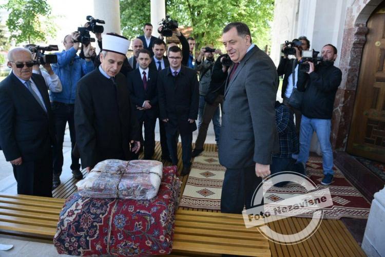 blusrcu.ba-Dodik poklonio ćilime za novoizgrađenu Ferhadiju